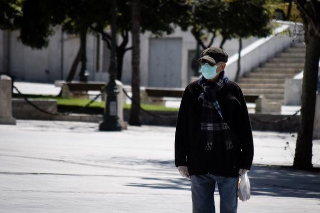 Ανδρας φοράει μάσκα...