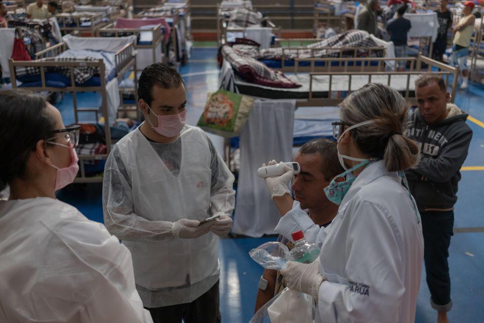 국경없는의사회 의료진들이 환자들의 체온을 재고