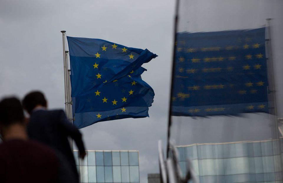Σημαίες της ΕΕ έξω από...