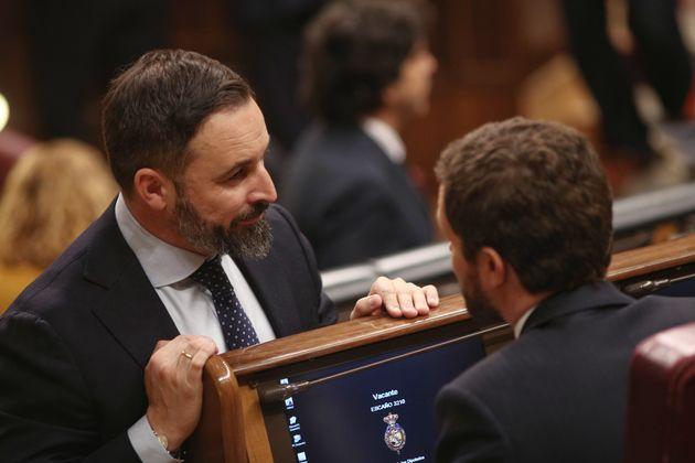 Imagen de archivo de Santiago Abascal, líder de Vox, charlando con Pablo Casado en el Congreso...