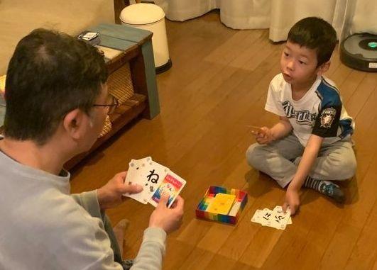 息子とカードゲームを楽しむ様子