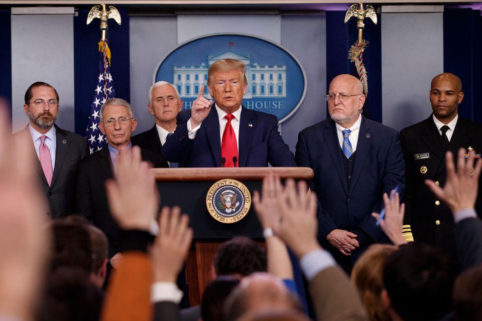도널드 트럼프 미국 대통령이 백악관 브리핑룸에서 열린 코로나19 브리핑에서 기자들을 지목하고 있다. 2020년