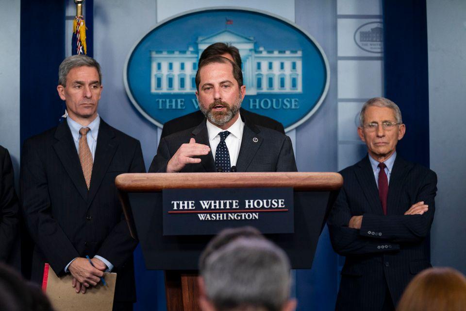 알렉스 에이자르 보건복지부 장관이 백악관에서 열린 코로나19 브리핑에서 발언하고 있다. 2020년
