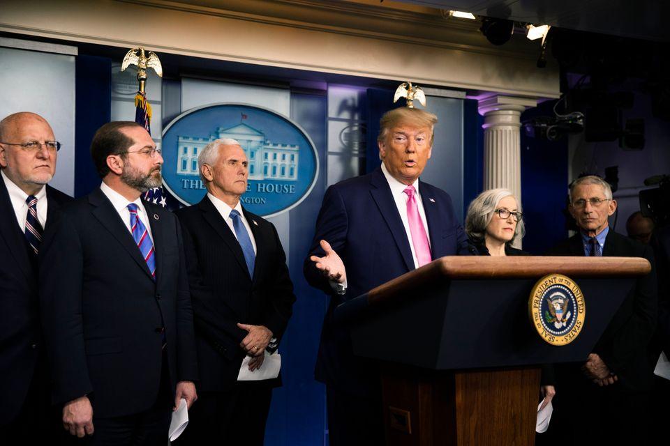 도널드 트럼프 대통령이 백악관에서 코로나19 관련 '긴급 기자회견'을 열고 있다. 그는 이날 회견에서 코로나19가