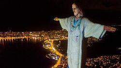 Il Cristo Redentore di Rio De Janeiro con il camice per ringraziare i medici di tutto il