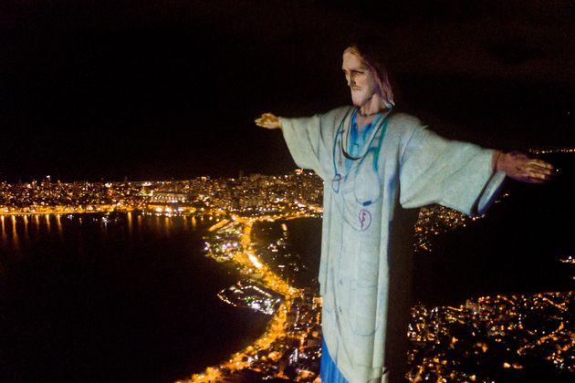 Il Cristo Redentore di Rio De Janeiro con il camice per ringraziare i medici di tutto il mondo