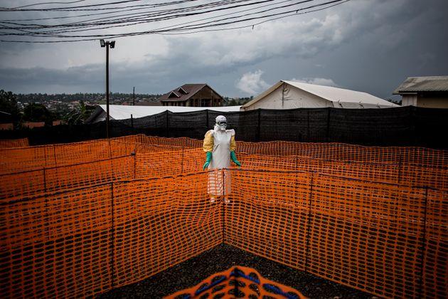 Dans un centre de traitement Ebola soutenu par MSF (Médecins sans frontières) à...