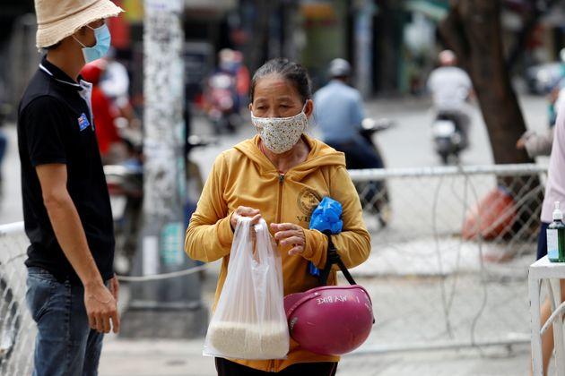 Βιετνάμ: ΑΤΜ με ρύζι για φτωχούς και άνεργους, εν μέσω
