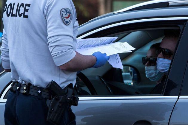 Policía francés realizando un control de
