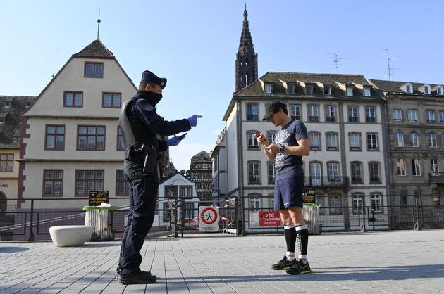 Un contrôle d'attestation de déplacement pendant le confinement, à Strasbourg, le...
