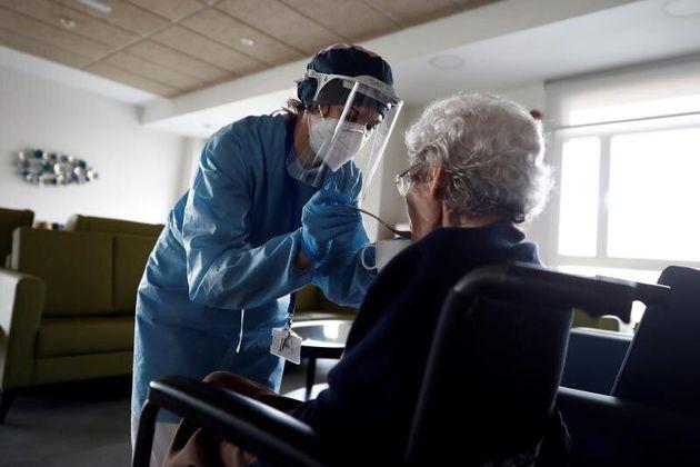 La Justicia ordena a Madrid entregar EPIs a sanitarios y residencias en 72 horas tras evaluar su