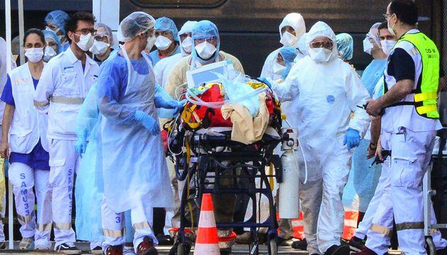 Des soignants prennent en charge un patient atteint du coronavirus le 10 avril à