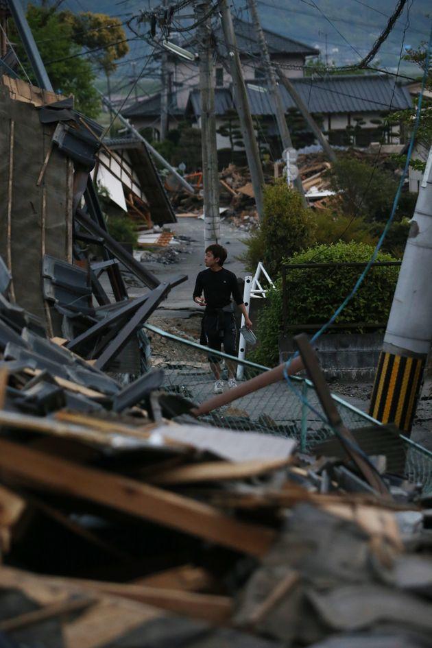 地震で倒壊した家屋。地震から6日が経過した=20日、熊本県益城町