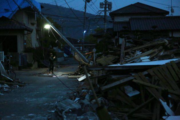 倒壊した家屋のがれきが残る熊本県益城町=20日午後