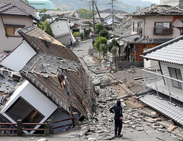 地震で半倒壊した熊本県益城町の町並み=4月16日、熊本県益城町