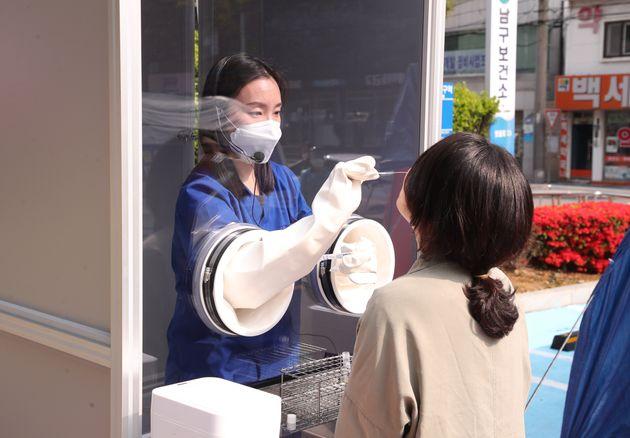 부산 남구보건소 선별진료소에 마련된 '다목적 음압·양압 검체 채취