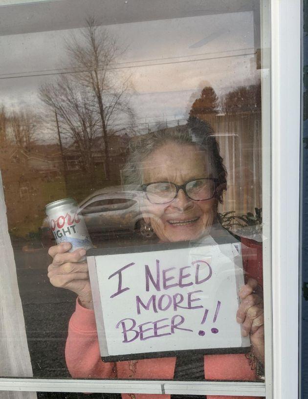 自主隔離中の93歳の女性「ビールが足りなくなった」。危機感を訴えたら、ビール会社から150缶届く