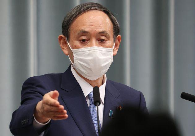 記者会見する菅義偉官房長官=4月13日、首相官邸