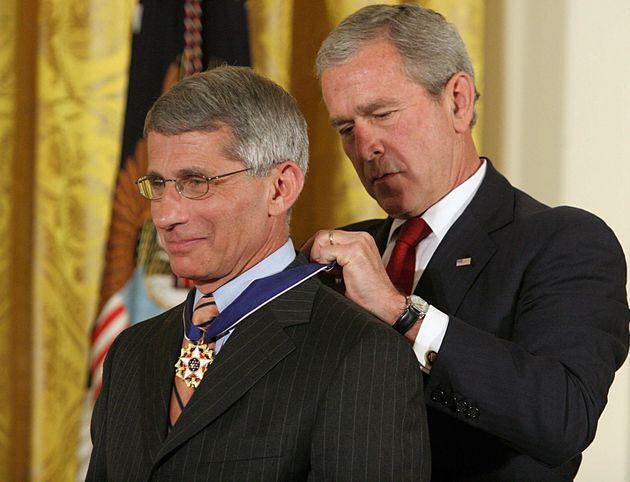 조지 W. 부시 대통령이 앤서니 파우치 박사에게 '자유의 메달'을 수여하고