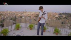 Jacopo strega ancora Roma: il chitarrista 19enne suona sulla terrazza del
