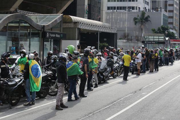자이르 보우소나르 대통령의 지지자들이 상파울루 지역에 내려진 봉쇄령에 항의하는 시위를 열고 있다. 상파울루 정부는 코로나19 확산을 억제하기 위해 봉쇄령을 4월22일까지로 2주 연장했다....