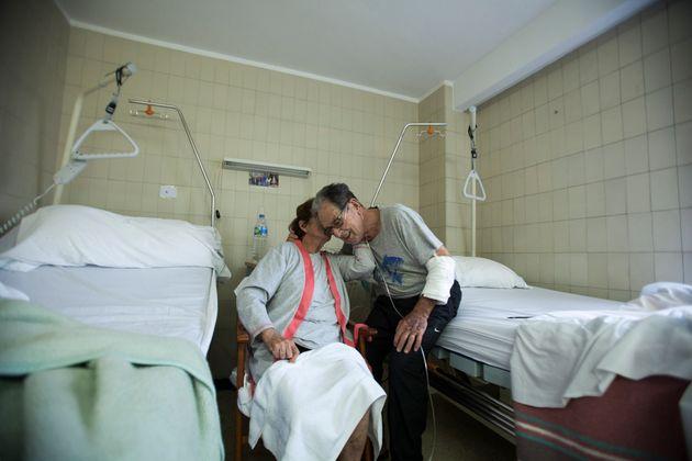 Una pareja de pacientes de avanzada edad afectados por coronavirus se