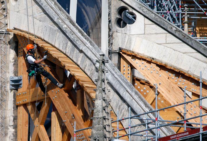 Durante los trabajos se han reforzado los arbotantes con estructuras de madera.