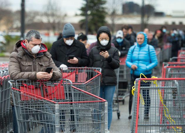 何百人もの人々がトロントのコストコに入るために並んで待っています