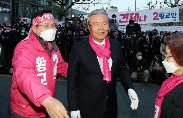 황교안 미래통합당 종로구 후보와 김종인 총괄선대위원장이 14일 오후 서울 종로구 세검정 새마을금고앞에서 열린 거리유세에서 인사를 하며 지지를 호소하고