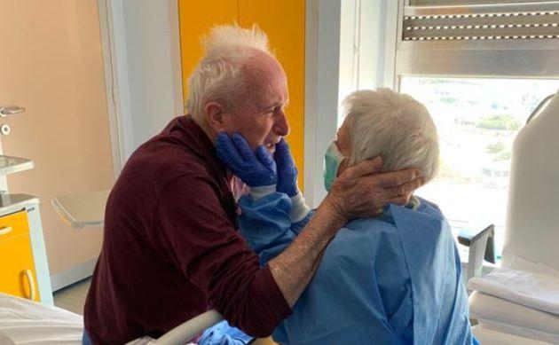 Giorgio e Rosa, sposati da 52 anni e separati dal Covid-19, si riabbracciano in reparto grazie ai