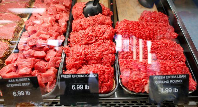 2012年10月3日、アルバータ州カルガリーのボントン肉市場でクーラーで見られるアルバータ牛挽肉。北...