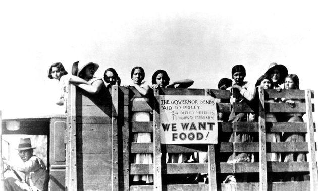 この米国議会図書館の写真では、メキシコの移民女性がカリフォルニアの政府支援のためにピケットをかけています...