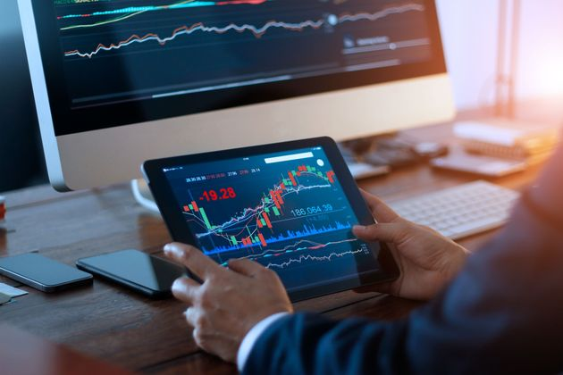 FT: Γιατί οι επενδυτές στοκάρουν μετρητά εν μέσω