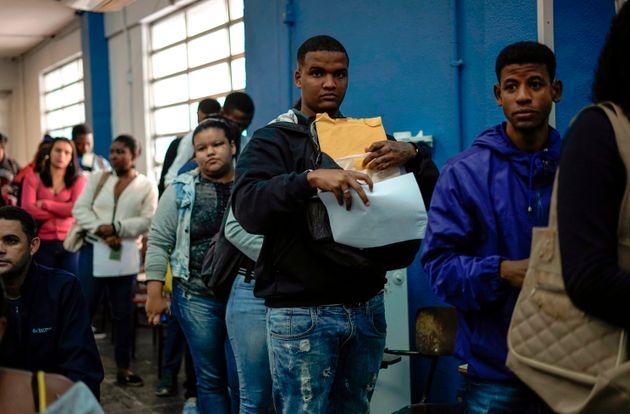 Brasileiros desempregados fazem fila para buscar vaga de trabalho. A imagem é de