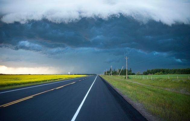 この日付のないストックフォトは、アルバータ州の田舎の空の2車線の高速道路を示しています。