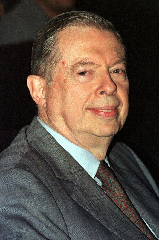 """Robert Poujade fut le tout premier ministre de l'Environnement d'un gouvernement français, en l'occurence sous la présidence de Georges Pompidou en 1971. Un poste difficile à une époque où l'écologie n'était pas une priorité et qu'il racontera dans un livre """"Le Ministère de l'Impossible"""". Il fut aussi pendant 30 ans maire de Dijon.>>> En savoir plus dans notre article ici"""