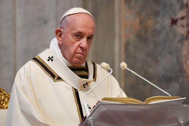 Le pape François, ici le 12 avril 2020 dans la Basilique Saint-Pierre, plaide pour l'instauration...