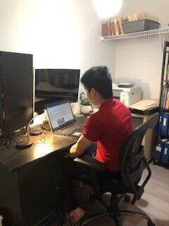 自宅で勉強するイーサンさん