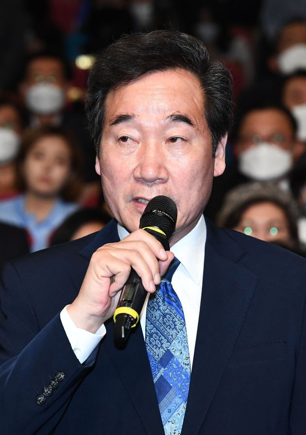 이낙연 더불어민주당 공동상임선대위원장이 15일 오후 서울 여의도 국회 의원회관에 마련된 21대 국회의원선거 개표상황실에서 출구조사 방송을 시청한 후 발언하고 있다.