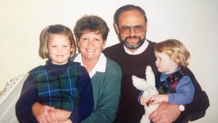 L'auteure avec l'une de ses sœurs, leur mère et leur père en Nouvelle-Zélande (1995)