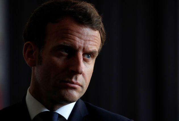Emmanuel Macron photographié lors d'un déplacement à La Courneuve le 7 avril