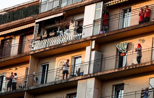 Vecinos del barrio donostiarra de Amara aplauden, como cada día de confinamiento, para agradecer la labor...