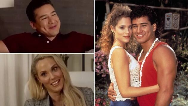 Mario Lopez y Elizabeth Berkley en 2020 a la izquierda. A la derecha a principios de los 90.