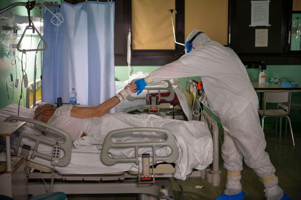 «Τώρα πάω στον θάνατό μου;» - Το δύσκολο 24ωρο ενός γιατρού στην Ιταλία μέσα από την κάμερα του