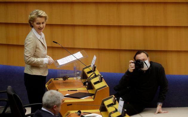 Von der Leyen: la UE debe una disculpa a Italia por tardar en