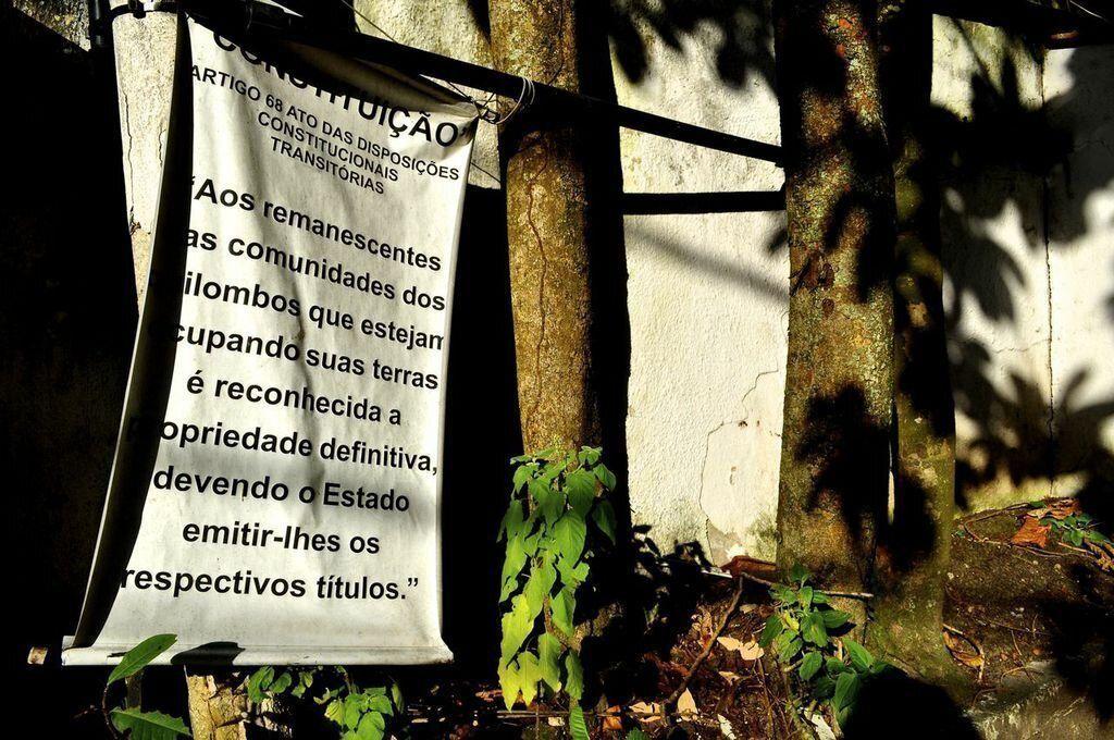 "<div class=""feature-caption""><em>A sign in at the entrance to Sacopã announces the community's quilombo status. (Carolina Ramirez/The Huffington Post)</em></div>"