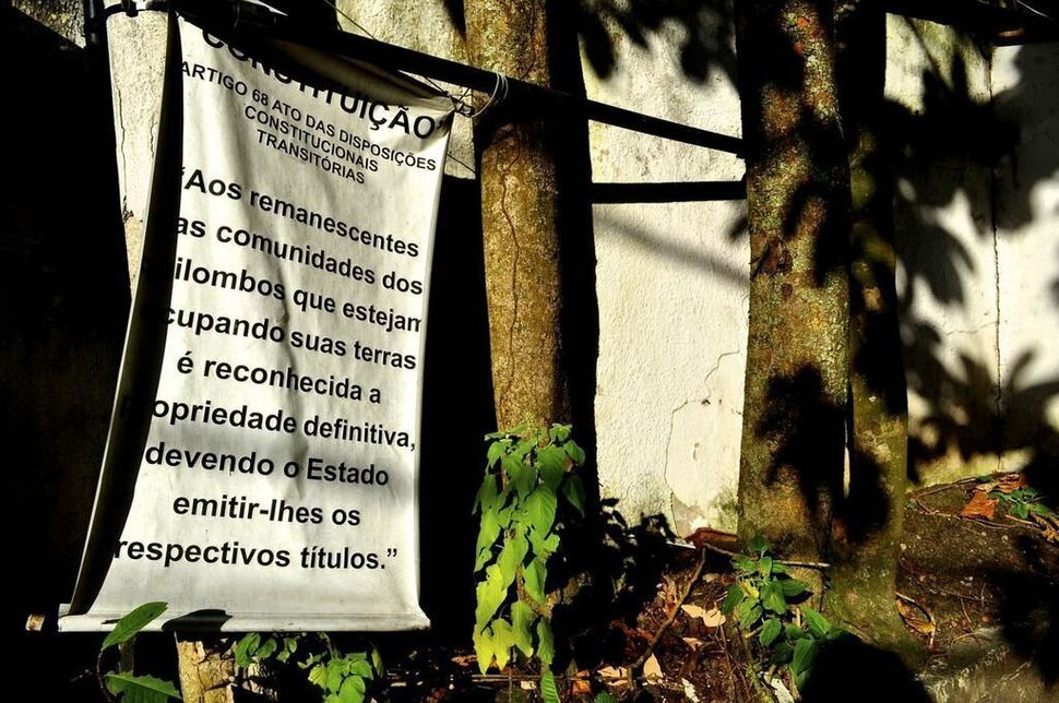 <em>A sign in at the entrance to Sacopã announces the community's quilombo status.  (Carolina Ramirez/The Huffington Post)</e