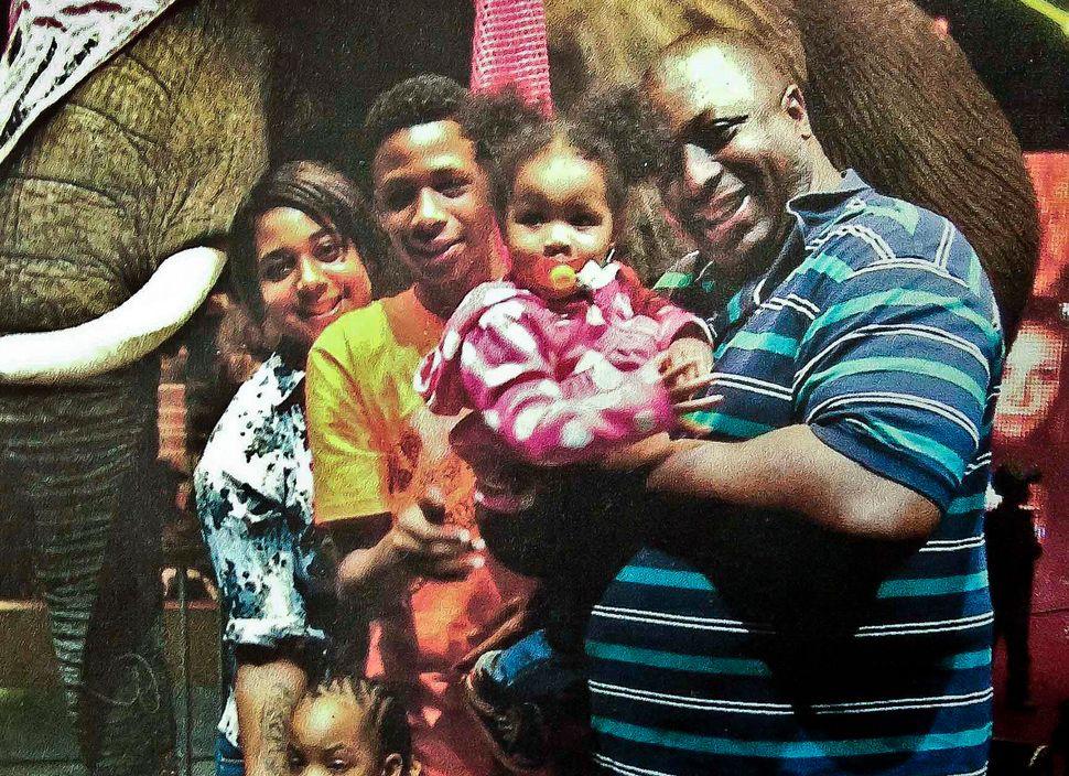 <em>Eric Garner, right, with his children.<br> (AP/National Action Network)</em>