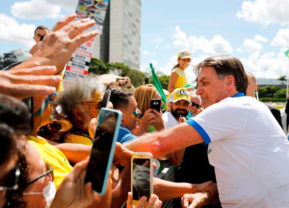 Bolsonaro cumprimenta e abraça apoiadores em frente ao palácio quando orientação...
