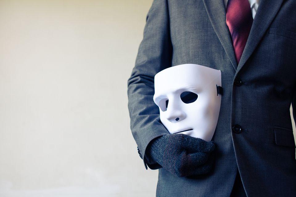 Η γοητεία της συνωμοσίας: 4 ειδικοί αναλύουν το φαινόμενο της εξάπλωσης θεωριών συνωμοσίας, εν μέσω της